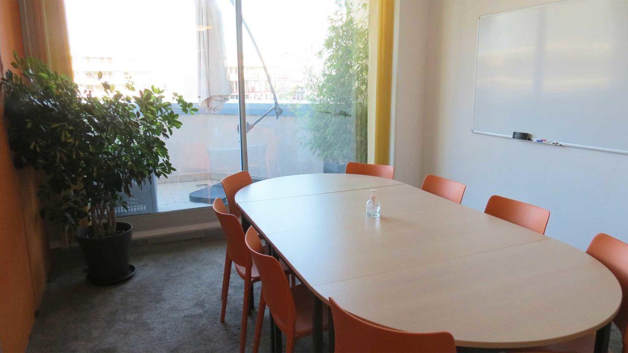 une salle de réunion ou de formation avec accès à la terrasse rooftop