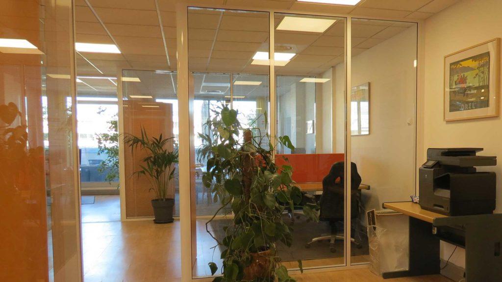 une esemble de bureau agréable et confortable