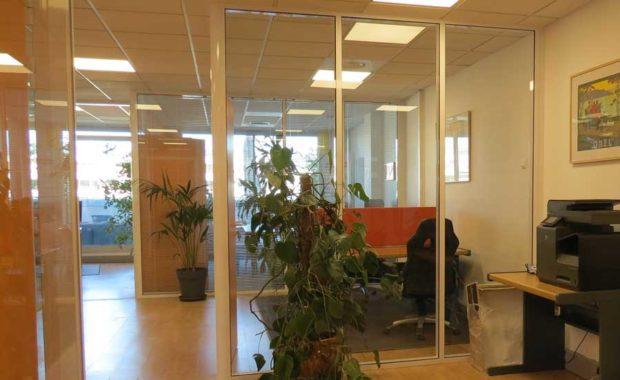 des bureaux fermés par de grandes baies vitrées